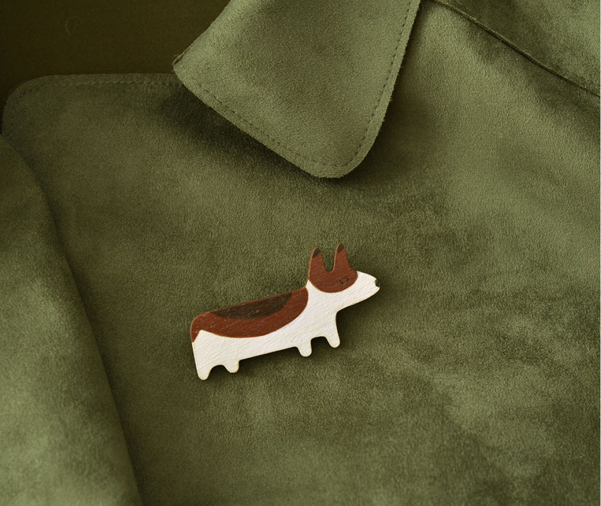"Деревянный значок брошка ""Корги"""